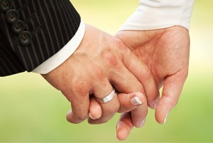 Hände eines Brautpaars mit Eheringen