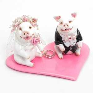 white_pig_wedding_cake_toppers_with_pink_heart_ring_bearer_plate_440d5dcd